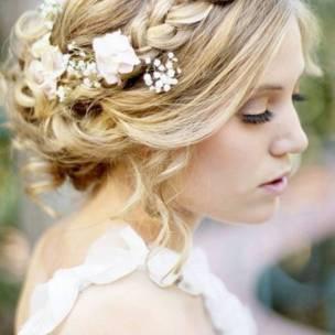 Coiffure-de-mariee-avec-tresse-et-fleurs