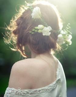 Coiffure-de-mariee-Chignon-et-fleurs-fraiches