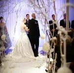 deco-eglise-mariage-tapis-blanc-boule-fleur